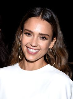 Jessica alba's date night makeup look by daniel martin: video Jessica Alba Makeup, Jessica Alba Hair, Messy Plaits, Bridesmaid Hair Side, Natural Hair Styles, Short Hair Styles, Date Night Makeup, Selena Gomez Photos, Haircuts For Long Hair