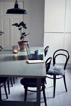 Black bentwood chairs w concrete top dining table Dining Room Decor, Home Decor Inspiration, House Interior, Living Room Scandinavian, Home, Interior, Dining Room Industrial, Home Decor, Dining Room Inspiration