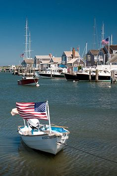 Nantucket Nantucket is an island 30 miles south of Cape Cod, in the American state of Massachusetts. Nantucket Style, Nantucket Island, Coastal Style, Coastal Living, Nantucket Beach, Nantucket Cottage, Nantucket Wedding, Coastal Homes, Les Hamptons