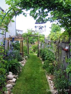 From Empress of the Dirt...narrow side yard
