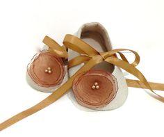 Zapatos de la muchacha del bebé amarillento. por joojoocraft, £18.99