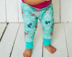 Pantalon évolutif, Flamants roses, palmiers, feuilles tropicales, fuchsia et menthe, pantalon harem, fille Nine Clothing, Palmiers, Fuchsia, Trending Outfits, Unique Jewelry, Handmade Gifts, Pants, Clothes, Etsy