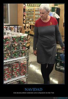 Orgulloso de mi freaky-abuela - Esta abuela prefiere celebrarla como la tripulación de Star Trek   Gracias a http://www.cuantarazon.com/   Si quieres leer la noticia completa visita: http://www.estoy-aburrido.com/orgulloso-de-mi-freaky-abuela-esta-abuela-prefiere-celebrarla-como-la-tripulacion-de-star-trek/