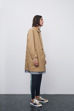 JohnUNDERCOVER finally distinguishes itself from the UNDERCOVER mainline, using an understated color palette and straight-forward concepts. Unisex Fashion, Urban Fashion, Daily Fashion, Mens Fashion, Rock Fashion, Street Style Boy, Spring Summer 2016, Stylish Men, Streetwear Fashion