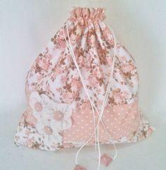 Saco porta lingerie em tamanho grande (45 cm (A) x 40 cm (C), perfeito para colocar toda sua roupa íntima em um só local, sendo ideal para viagens ou para organizar seu guarda roupa.