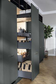 Robust enkelthed i køkkenet med Base i Fenix laminat Diy Kitchen, Kitchen Design, Cozy Apartment, Kitchenette, Locker Storage, Sweet Home, New Homes, Kitchens, Interior Design