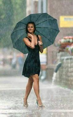 Rainy Day Photography, Rain Photography, Portrait Photography, Walking In The Rain, Singing In The Rain, Foto Cowgirl, Rain Pictures, Rainy Day Pictures, I Love Rain