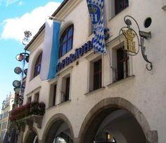 Platzl 1, Munique, Alemanha. Mais que uma simples cervejaria, a Hofbräuhaus faz parte da história alemã. É uma verdadeira máquina do tempo,