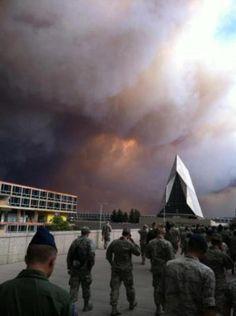Capilla de la Academia de la USAF con el grave incendio forestal al fondo.