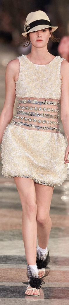 Ontwerper: Coco Chanel Ik vind dit niet een hele mooie jurk, simpelweg omdat ik de kleur niet mooi vind en de stof en details maken de jurk heel truttig.