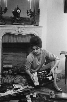 Dalida dans sa maison avec les albums - en 1961 (Rue d'Ankara)