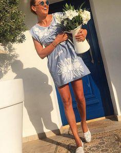 Ramona Filip: Αποκαλύπτει την ηλικία της! | I LOVE STYLE Ramona Filip, Summer Outfits, Casual Outfits, Giovanna Battaglia, Victoria, Women's Fashion, Shirt Dress, Stylish, People