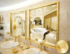 Сочетание кремового и золотого оттенка в интерьере ванной комнаты.