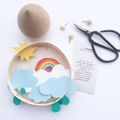Jour 1 : ciel !! @vinyhiii me l'a proposé alors comme j'aime ça, je participe au défi de @flowmagazine_fr et comme le ciel est tout gris aujourd'hui, j'en ai créé un dans une boite de camembert avec une astuce culinaire #flow29jours #ciel #rainbow #zü #boutiquelesfleurs #nuage #flowmagazine #flow29joursbyclem Holiday Crafts For Kids, Kids Crafts, Easy Crafts, Diy And Crafts, Arts And Crafts, Paper Crafts, Kids Room Art, Art For Kids, Diy Tableau