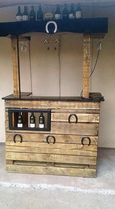 The Best DIY Wood Pallet Ideas and Projects: As you start selecting the wood pallet idea projects for your home use, always think about the fact that what is the main demand for your. Wood Pallet Bar, Pallet Walls, Pallet House, Wood Pallets, Pallet Benches, 1001 Pallets, Pallet Sofa, Recycled Pallets, Recycled Crafts