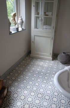 Hall e corredor: Portuguese cement tiles Hall Tiles, Tiled Hallway, Bad Inspiration, Bathroom Inspiration, Calabasas Homes, Bathroom Assessories, Lunch Room, House Tiles, Style Tile