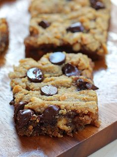 GOOEY CHOCOLATE CHIP PEANUT BUTTER BARS - like the lovechild of a chocolate chip cookie and a Reeses peanut butter cup! Full recipe link: http://chocolatecoveredkatie.com/2015/03/18/chocolate-chip-peanut-butter-bars/