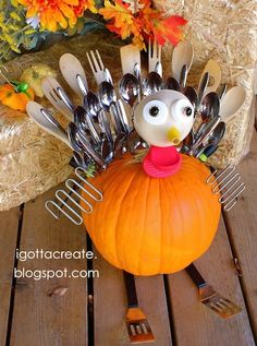cute-turkey-crafts. would be a cute display for family and friends to get there spoons and forks from!