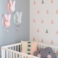 Inspiração de decoração!  Parede CINZA e na outra parede um MIX de adesivos de outra cor (rosa claro coral etc) e cinza em menor quantidade.  Temos 63 triângulos com 7cm por R$5970 em 10 opções de cores.  Vem ver também outras opções de formatos www.mooui.com.br by amomooui