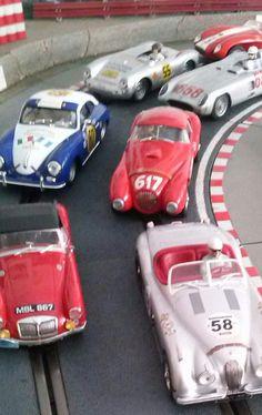 Desfile de clásicos de los 50`: Jaguar XK 120, MG A, Ferrari 166 MM, Porsche 356 Super 1600, Mercedes 300 SLR, Porsche 550 RS Spyder, Ferrari 250 Testa rossa... modelos para soñar... y disfrutar en la pista y en la vitrina.