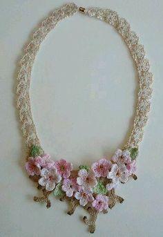 Очаровательное вязаное ожерелье Нашла на Facebook https://www.facebook.com/pages/Crochet-girls/524972044211971?fref=photo