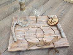 Ξύλινος δίσκος χειροποίητος με χερούλια θαλασσόξυλα... χειροποίητα στέφανα γάμου με λινάτσα... ring bearer κορμός με τα αρχικά του ζευγαριού...