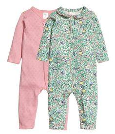 Rosa. CONSCIOUS. Pyjamasar i mjuk, ekologisk bomullstrikå med dekorativa picotkanter. Rund krage samt tryckknappar fram och längs…