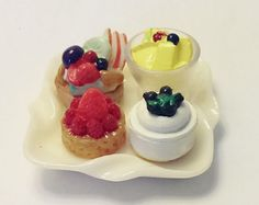 Dessert miniature  a plate of 4 assorted cakes with tongs 1:6 barbie house #rement