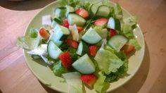 Drei Sorten Salat (Salatherzen, Chicorée und Sala Rico), Gurke und Erdbeeren.