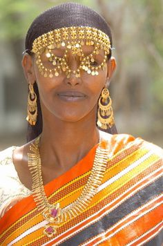 An Afar woman from Djibouti wearing traditional jewellery African Beauty, African Women, African Fashion, Namaste, African Accessories, African Jewelry, Ethnic Jewelry, African Traditions, Portraits