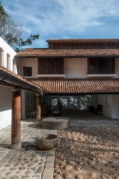 How architect Geoffrey Bawa changed Sri Lanka& architecture and historical preservation efforts. Sri Lankan Architecture, Architecture Courtyard, Architecture Logo, Tropical Architecture, Vernacular Architecture, School Architecture, Modern Tropical House, Tropical Houses, Chettinad House