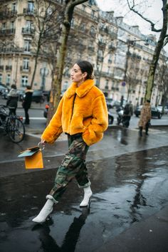 Street style at Paris Fashion Week Fall 2018 Love this look! ⚡️