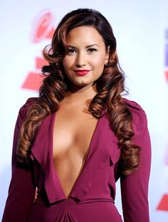 Latin Grammys - Demi Lovato thick ringlets, curled bangs and red lips Demi Lovato Body, Cuerpo Demi Lovato, Demi Lovato Style, Beautiful Celebrities, Beautiful Actresses, Gorgeous Women, Demi Lovoto, Curled Bangs, Demi Lovato Pictures