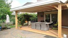 -11- Landelijke klassieke houten veranda terrasoverkapping bouwen aan huis met plat dak en lichtkoepel van lariks douglas of eikenhout. bouwpakket zelfbouw.