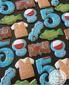 Learn how to make your own cookie stencils for perfect cookie decorating! Cookies made by The Colorful Cookie Club Members! Iced Sugar Cookies, Royal Icing Cookies, Cupcake Cookies, Cookie Icing, Camping Cookies, Fish Cookies, O Fish Ally, Birthday Cookies, Custom Cookies