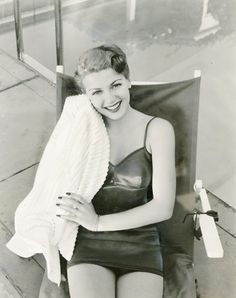 vintagegal:  Lana Turner 1940  Now I just want to paint my nails when I next don a bathing suit. Gorgeous.