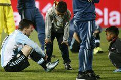 Qué le dijeron a Lionel Messi los niños que lo consolaron tras la derrota ante Chile - Lionel Messi - canchallena.com