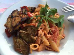 Dit bizar lekkere gerecht van pasta met zalm is de favoriet van mijn jongste dochter. Deze pasta met zalm is geïnspireerd op een gerecht uit Sardinië.