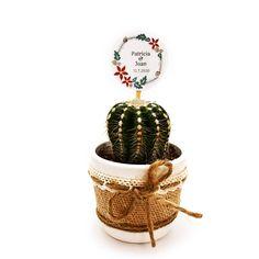 Detalle de boda con cactus o suculenta natural montado en maceta ceramica con cubremacetas de yute y decorada con cinta. Elegante detalle de boda, comunión o fiesta para regalar a tus invitados y para conservar un hermoso recuerdo de este gran día. Cactus Y Suculentas, Wicker Baskets, Christmas Ornaments, Holiday Decor, Natural, Home Decor, Guest Gifts, Wedding Day Gifts, Mini Cactus Garden