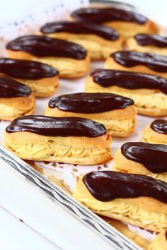 Éclair on ranskasta kotoisin oleva suklaakuorrutteinen tuulihattu,jossa on täytteenä pehmeää vaniljakiisseliä. Niiden tekeminen on ollut listallani jo jonkun aikaa ja teinkin niitä nyt tytön synttäreille. Ja hyvä, että kokeilin.Nämähän olivat hyviä! Täyte oli ihanan pehmoinen, kunnon vaniljainen.Päällä oleva ohut suklaakerros toi juuri sen verran suklaisuutta, että kokonaisuus pysyi hillityn makeana ja yhden jälkeen ei tehnyt … Pretzel Bites, Food And Drink, Favorite Recipes, Bread, Fruit, Brot, Baking, Breads, Buns