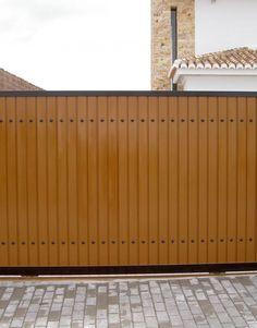 puerta-corredera-15 Iron Main Gate Design, Front Gate Design, House Gate Design, Door Design, Backyard Gates, Driveway Gate, Front Gates, Entrance Gates, Modern Fence Design