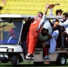 Com carona chega-se mais rápido no gol! #olhardopalhaco #futeboldepalhacos