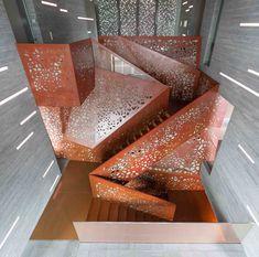 Coup de coeur pour cet escalier sculptural de la Villa Mallorca, projet dirigé par les architectes du Studio Mishin. Ces derniers ont fait appel à Arup pour réaliser cet escalier central, s'étendant sur trois étages.  La technique de la structure repose sur une sculpture lumineuse faite de panneaux de cuivre perforés et pliés en continu, sans fixation visible. Les perforations sont géométriques et ressortent visuellement grâce à un rétro-éclairage, permettant également de révéler les…