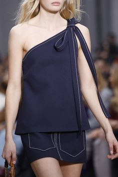 Chloé Spring 2016 Ready-to-Wear collection, runway looks, beauty, models, and reviews.