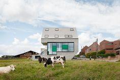 Leeuw House par NU architectuuratelier est un exemple de bâtiment moderne habilement intégré dans un paysage de campagne. Situé à Sint-Pieters-Leeuw, en Belgique, la résidence de 290 m2 est construite avec les normes les plus élevées d'efficacité énergétique.  La maison compacte agit comme un catalyseur de chaleur. Le revêtement extérieur a une teinte sombre et la structure métallique est complètement détachée de la « peau » pour prévenir la perte de chaleur.