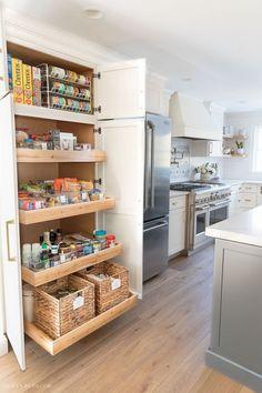 Great pantry organization tips from the gorgeous kitchen pantry cabinet! #organization #homeorganization #pantry