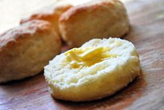 ~Natalie Doll~ These are amazing! Way less than 100 calories if you use almond milk~greek yogurt healthy biscuits (less than 100 cals/biscuit!) gotta try this! I heart biscuits. Healthy Biscuits, Yogurt Biscuit Recipe, Healthy Food Blogs, Healthy Recipes, Pita Recipes, Thm Recipes, Copycat Recipes, Eat Healthy, Deserts