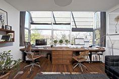 Pracovna v prvním patře nabízí krásný výhled do okolí a také dostatek světla. V okenním výklenku je umístěn na míru vyrobený pracovní stůl.