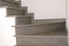 Trap in grijze natuursteen