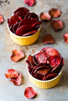 The absolute best Oven Baked Beet Chips Recipe you'll ever try. We share a baked veggie chips secret that makes this recipe crispy and flavorful! Baked Beet Chips, Beetroot Recipes, Beetroot Crisps, Veggie Snacks, Veggie Chips, Potato Chips, Aperitivos Vegan, Cooking Beets In Oven, Vegetarian